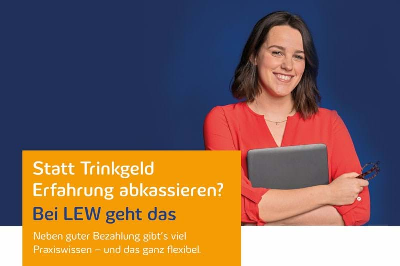 LEW-Werkstudentin in roter Bluse mit Laptop